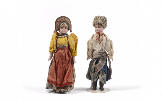 Set of 2 dolls, depicting a couple...