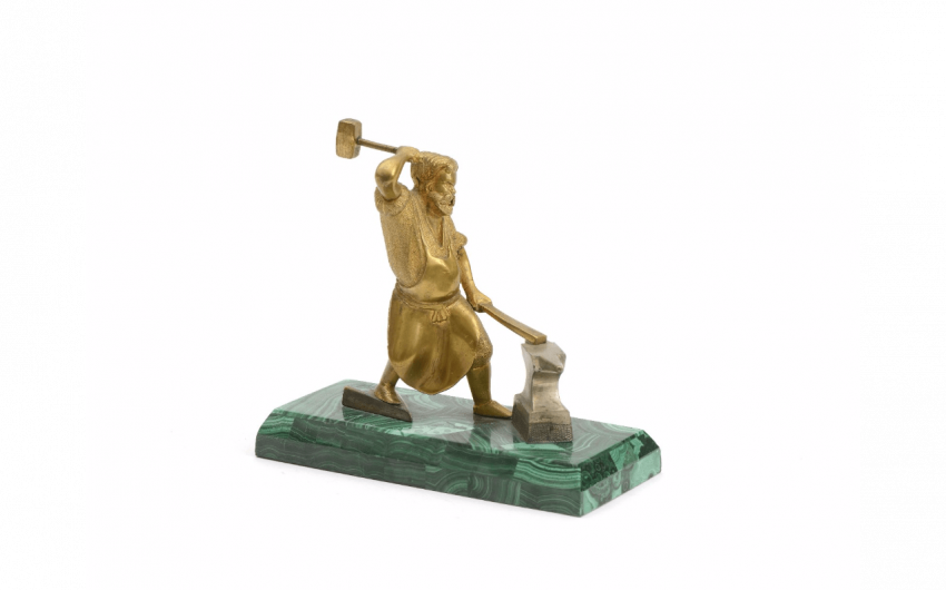 Blacksmith in gilt bronze resting on a block... - photo 1