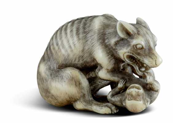 Netsuke: Wolf mit Affe - photo 1