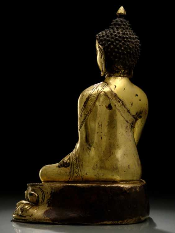 FINE FIRE-GILDED BRONZE OF THE BUDDHA SHAKYAMUNI - photo 4