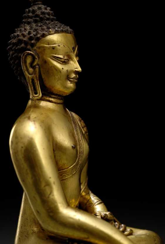 FINE FIRE-GILDED BRONZE OF THE BUDDHA SHAKYAMUNI - photo 3