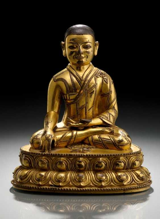 FIRE GILT BRONZE OF A SEATED LAMA - photo 1