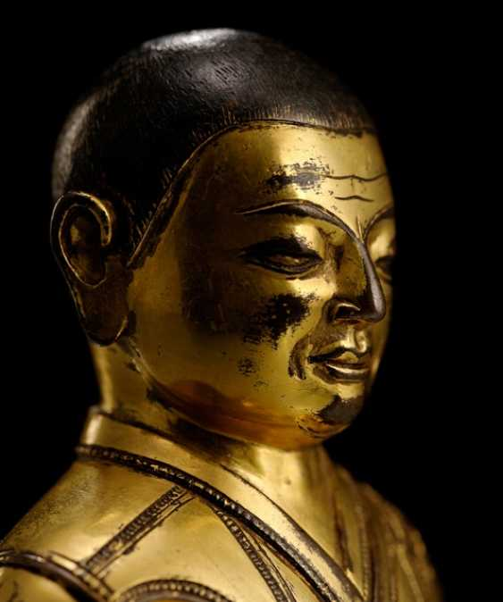 FIRE GILT BRONZE OF A SEATED LAMA - photo 2