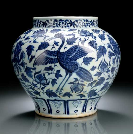 A VERY RARE UNDERGLAZE BLUE SHOULDER POT WITH PEACOCKS DECOR - photo 2