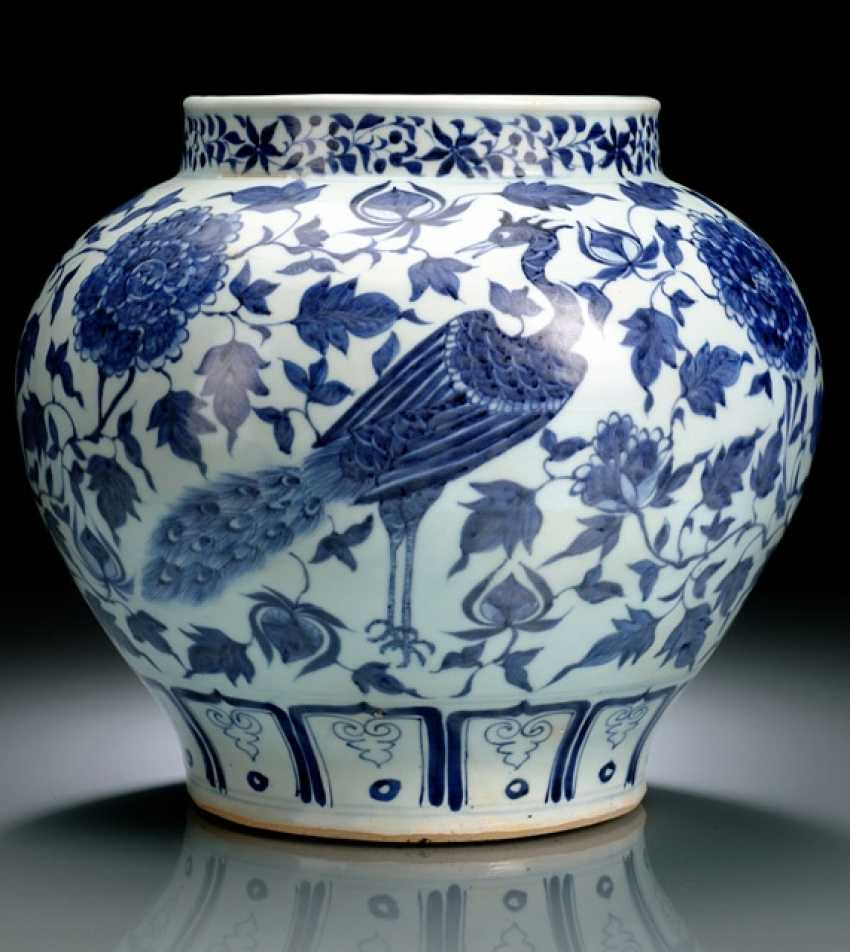 A VERY RARE UNDERGLAZE BLUE SHOULDER POT WITH PEACOCKS DECOR - photo 1