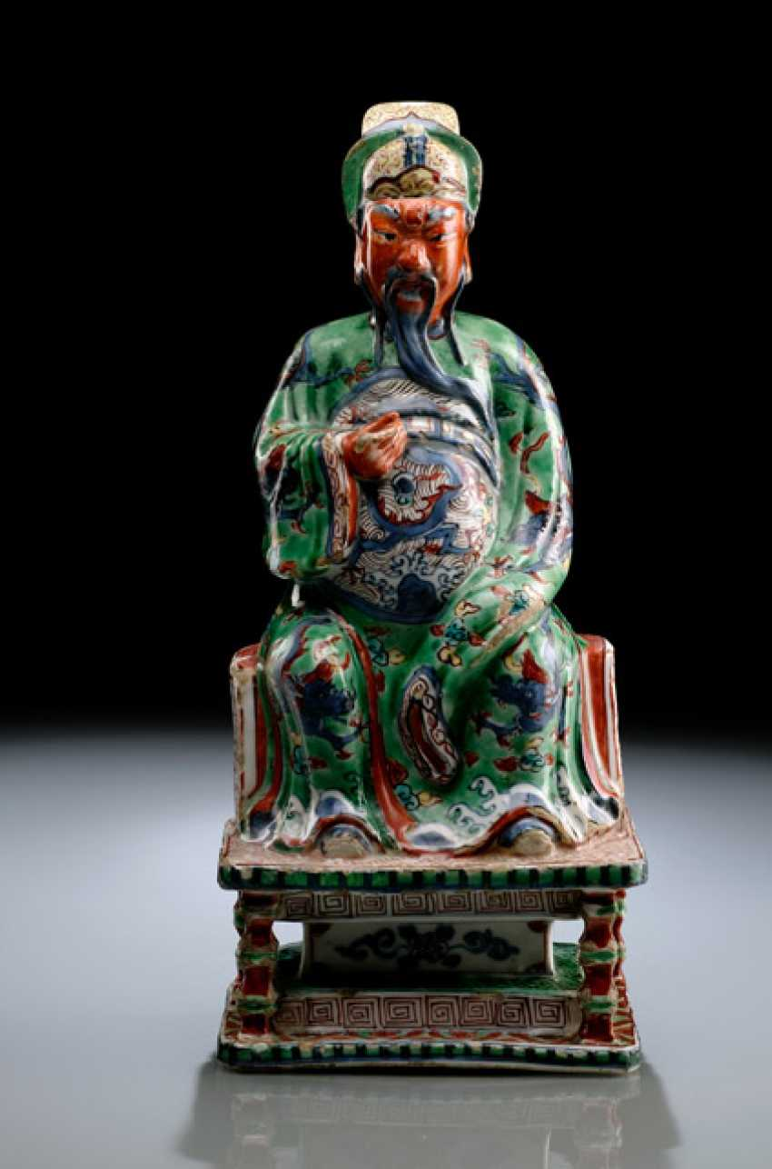 A VERY RARE WUCAI FIGURE OF GUANDI ON A THRONE WITH WOOD - photo 2
