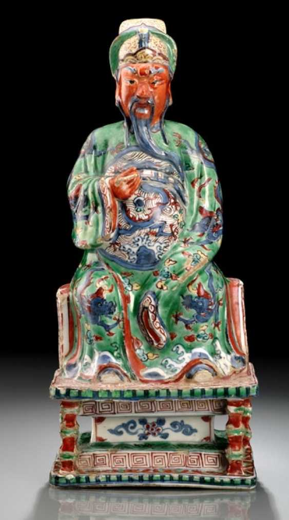 A VERY RARE WUCAI FIGURE OF GUANDI ON A THRONE WITH WOOD - photo 1
