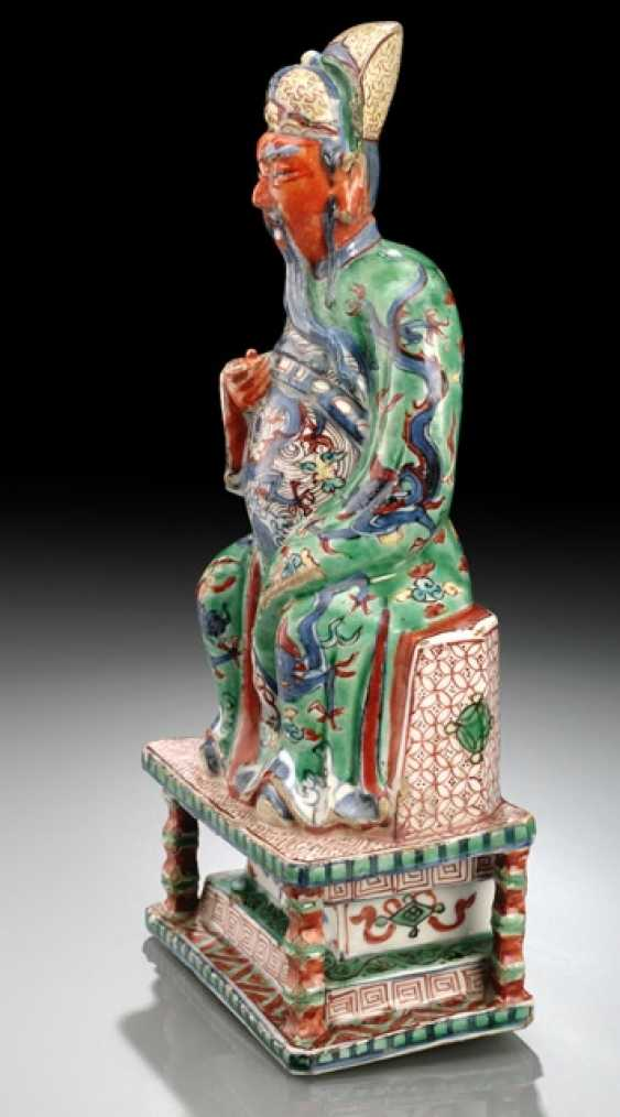A VERY RARE WUCAI FIGURE OF GUANDI ON A THRONE WITH WOOD - photo 5