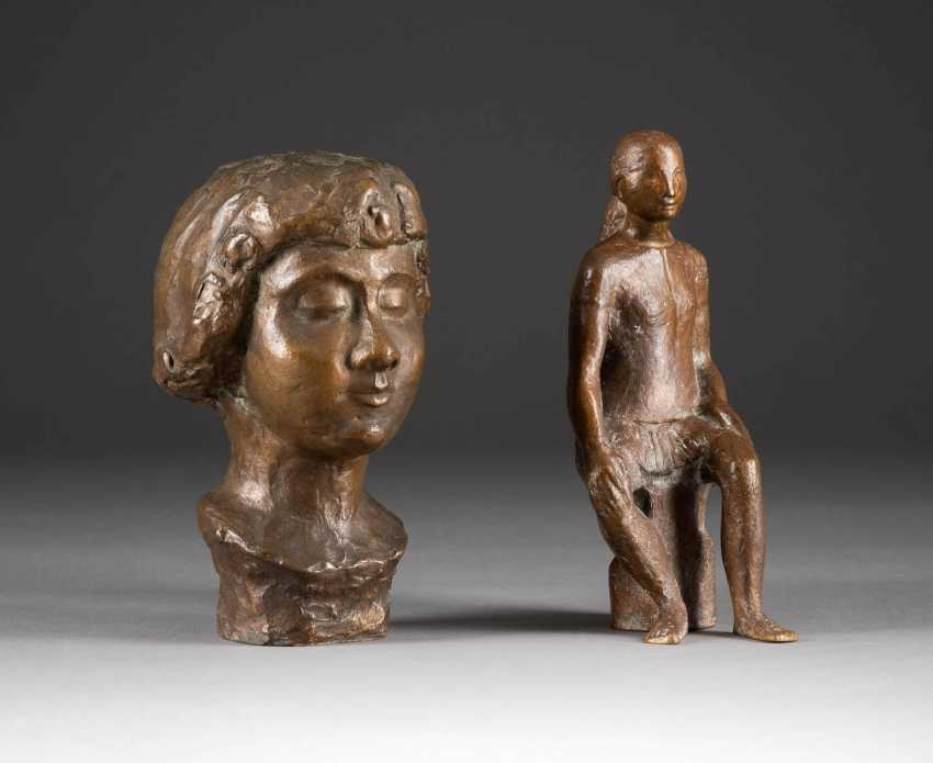 MODERN image sculptor Active in the 2. Half of the 20th century. Century. PAIR OF BRONZE FIGURES ('SEDENTARY' AND 'BUST OF A LADY') - photo 1