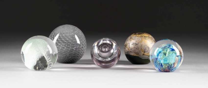 COLLECTION OF FIVE PAPERWEIGHTS. In various embodiments, Sweden, and England, among others, 1980s/1990s - photo 1