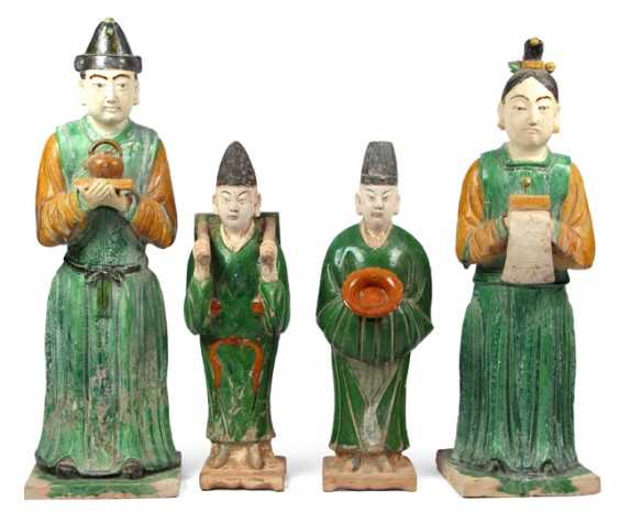 Four 'Sancai'-colors glazed court servants from Earthenware with various items - photo 1