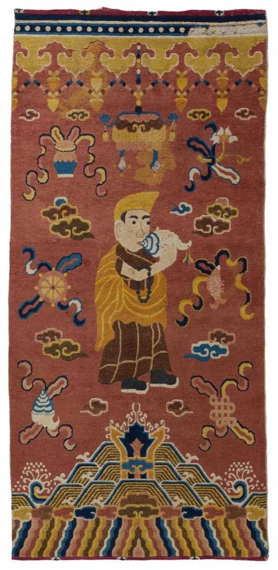Pillar carpet with a Lama with conch trumpet - photo 1
