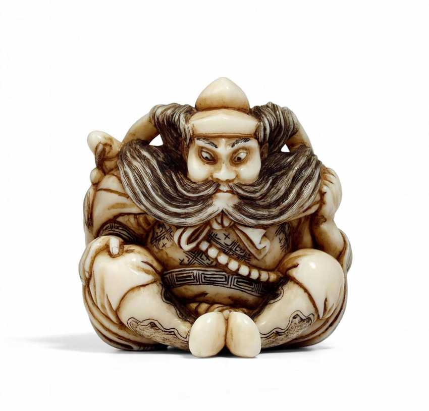 Netsuke: Seated Shôki with oni - photo 1