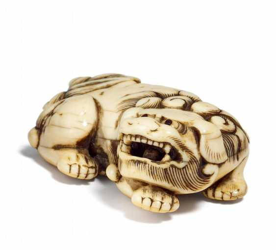 Netsuke: a Mighty Shishi with a movable ball - photo 1