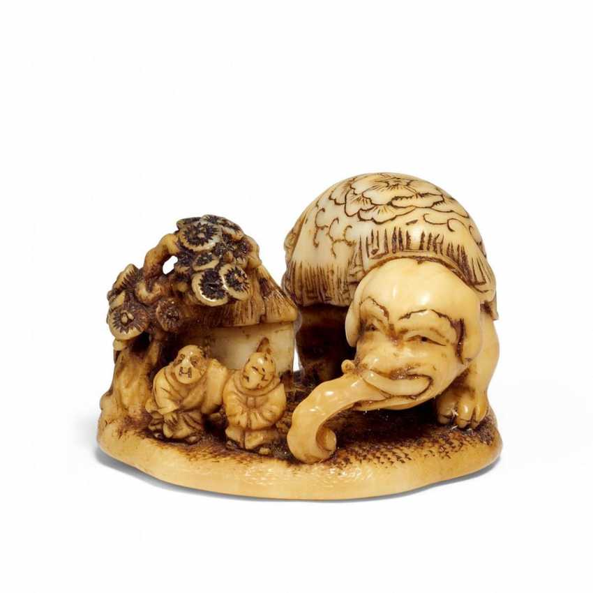 Netsuke: elephant with two Blind next to pine-covered hut - photo 1