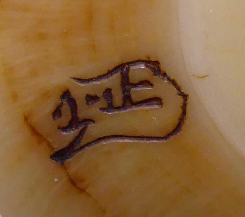 Netsuke: elephant with two Blind next to pine-covered hut - photo 2