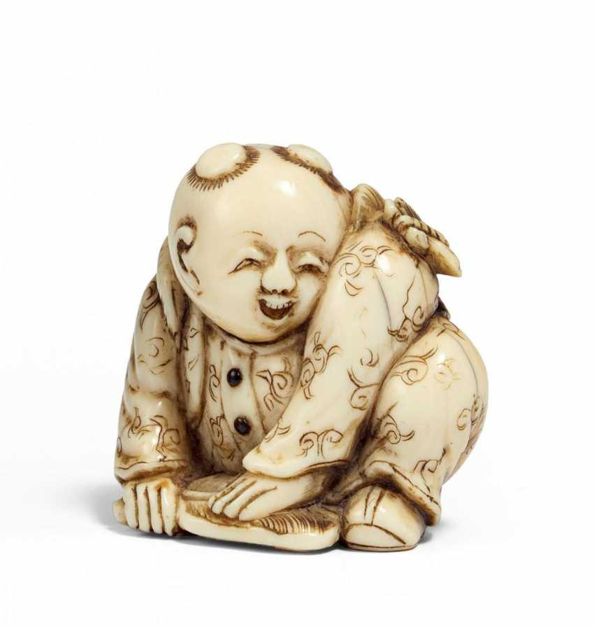 Netsuke: Crouching karako with a fan and a butterfly on the shoulder - photo 1