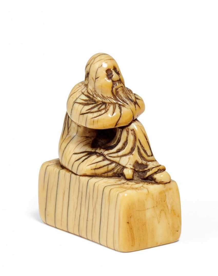 Netsuke: Seated man on a Pedestal - photo 1