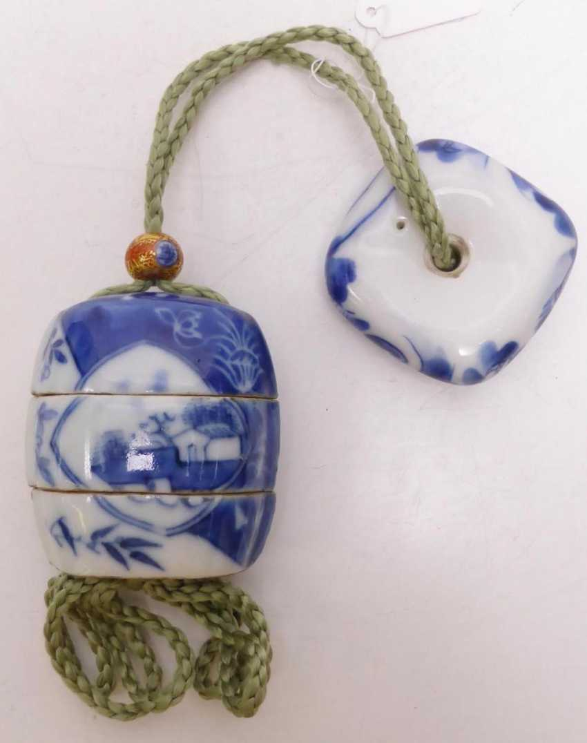 Porcelain inrô with landscape cartouches and flowers - photo 2