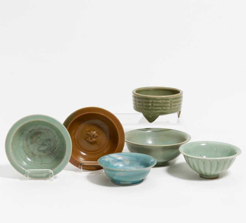 Two small Twin Fish dish, and four celadon bowls - photo 1