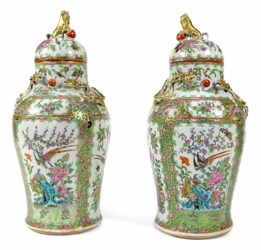 Pair of cover vases made of porcelain with birds and flowers in cartouches, dragon and lion knob - photo 1