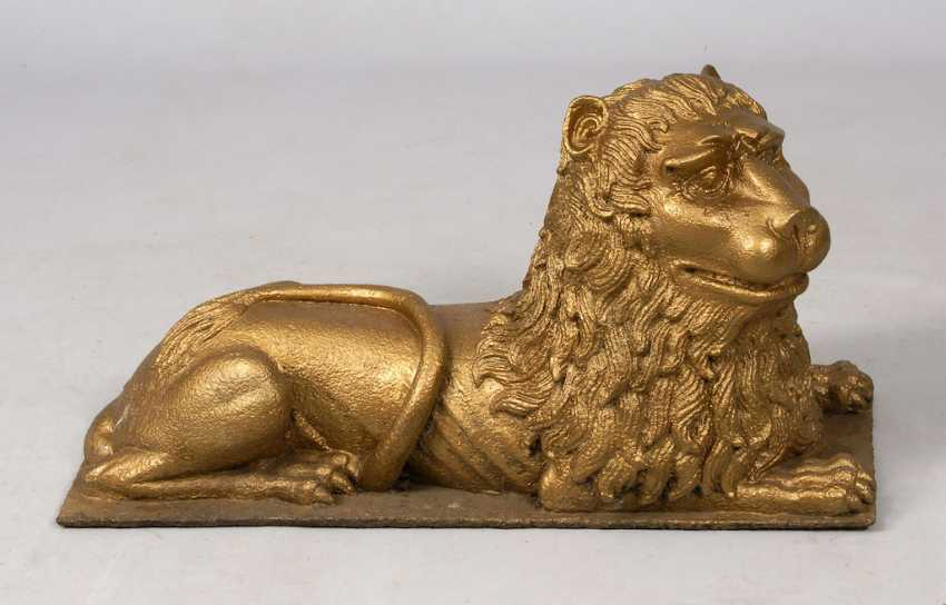 A large lion made of cast iron. - photo 1