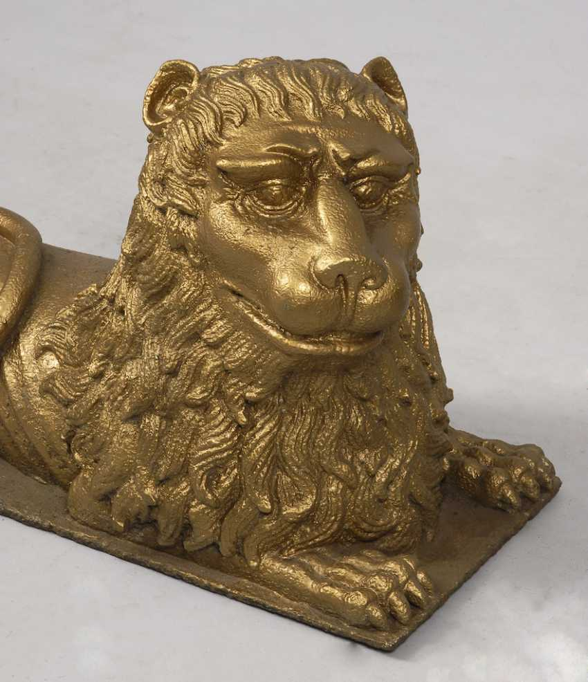 A large lion made of cast iron. - photo 2