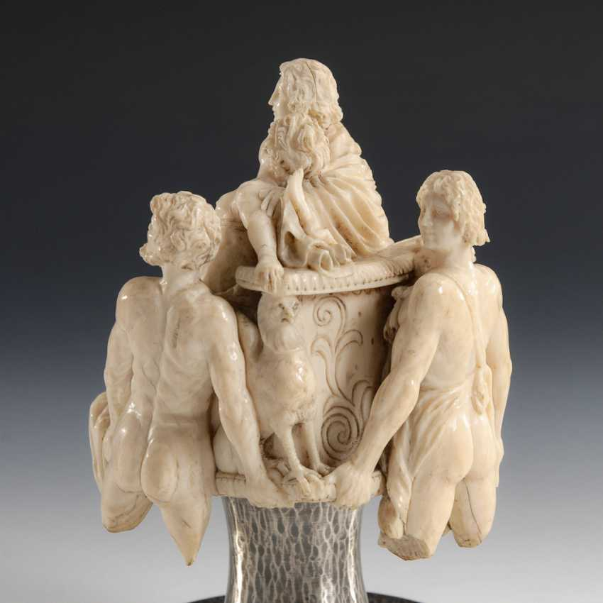 Fragment of an ivory group: au Pair. - photo 4