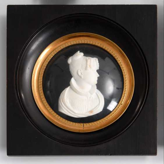 4-relief portraits, and a Dopp framed - photo 2