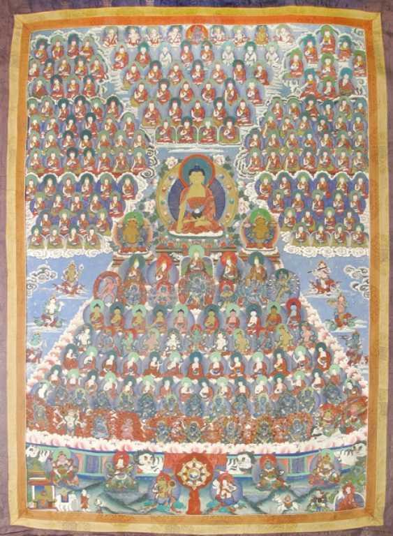 Thangka with depiction of the Buddha Shakyamuni, surrounded by numerous Geistlichkeitenv