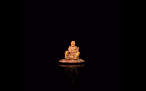 Small figurine of Luohan, soapstone beige orange - photo 1