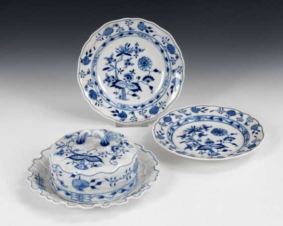 Onion pattern butter dish and 2 plates, - photo 1