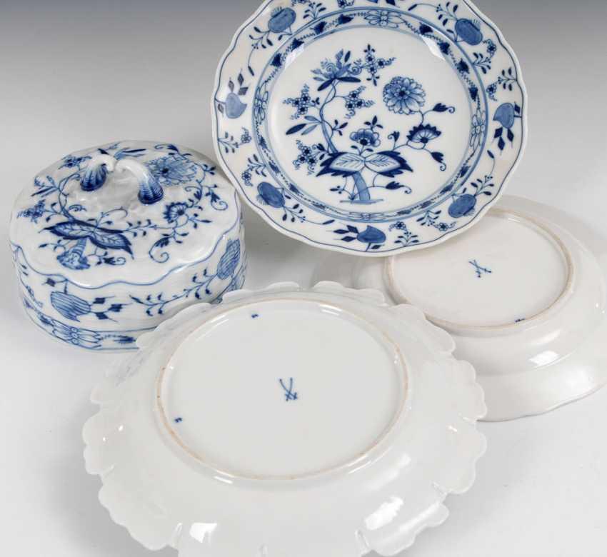 Onion pattern butter dish and 2 plates, - photo 2