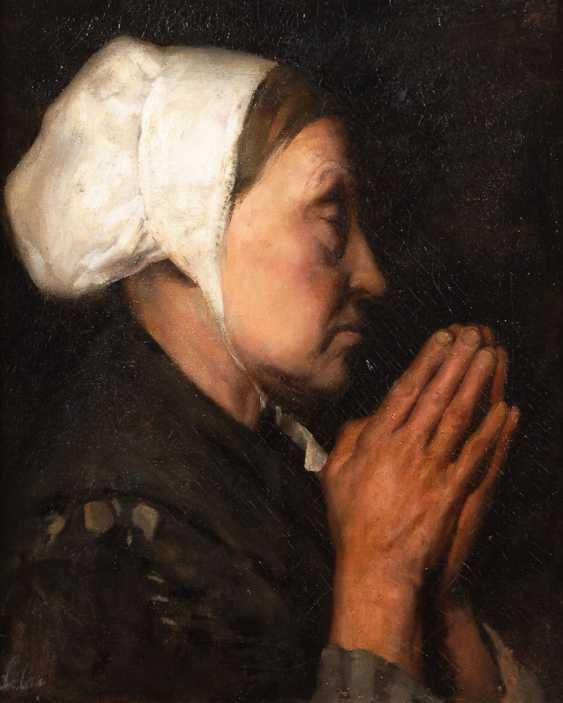 Praying woman in profile. - photo 1