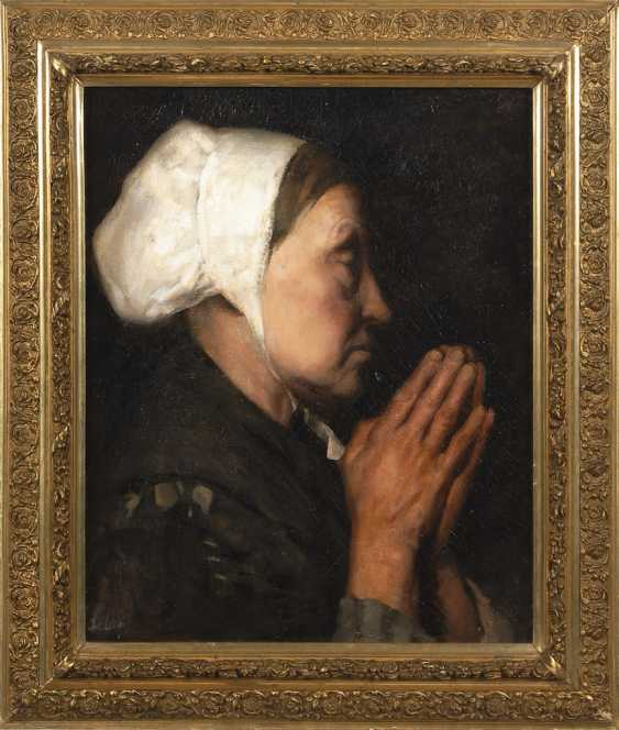 Praying woman in profile. - photo 2