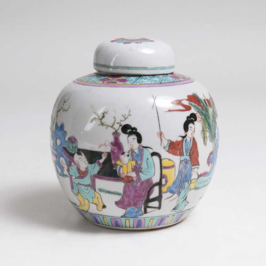Small Famille rose lidded vase with figurative scene - photo 1