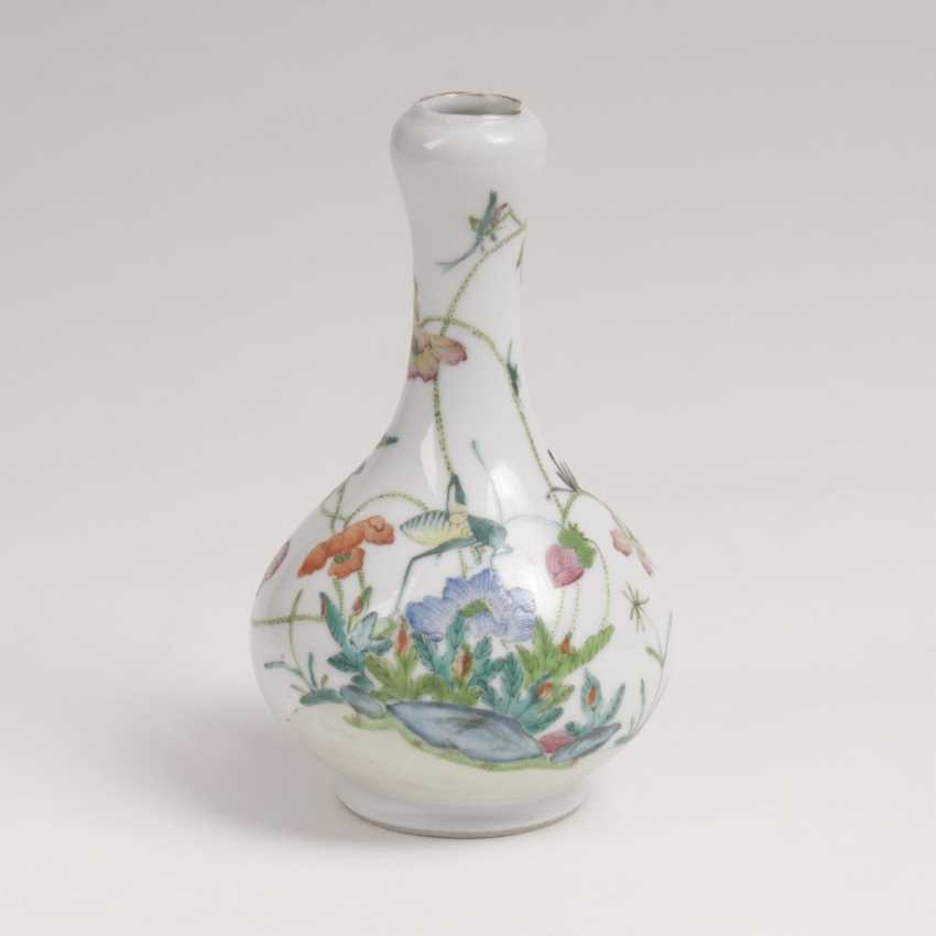 Small garlic vase with flowers and insects - photo 1