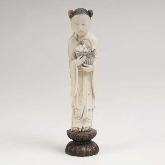 Elfenbein-Figur 'Knabe mit Pfirsichen' - photo 1