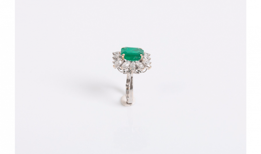 Ring in white gold (750 thousandths) centered an emerald - photo 2