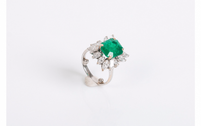 Ring in white gold (750 thousandths) centered an emerald - photo 1
