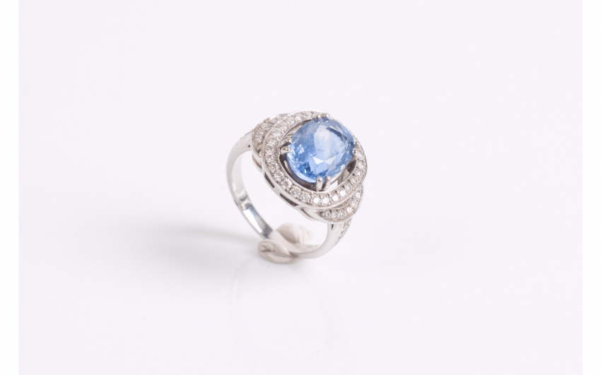 Ring in white gold (750 thousandths) set with a sapphire - photo 1