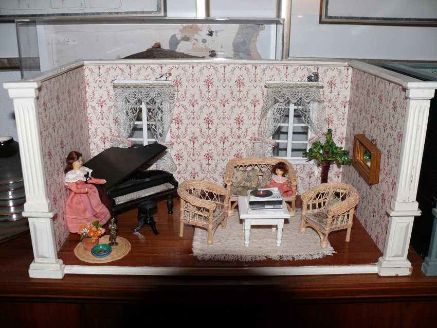 maison de poup es salle de musique en bois peint avec des poup es et des meubles accessoires. Black Bedroom Furniture Sets. Home Design Ideas