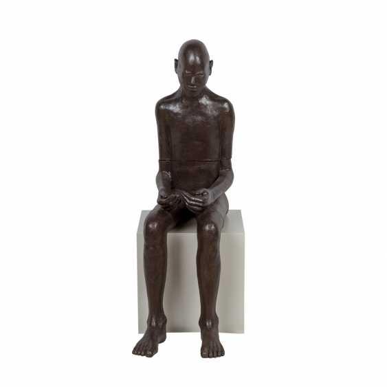 """SCHIRMER, SABINE MARIA (südd. Künstlerin 20./21. Jahrhundert), """"Sitzender Mann"""", - Foto 1"""