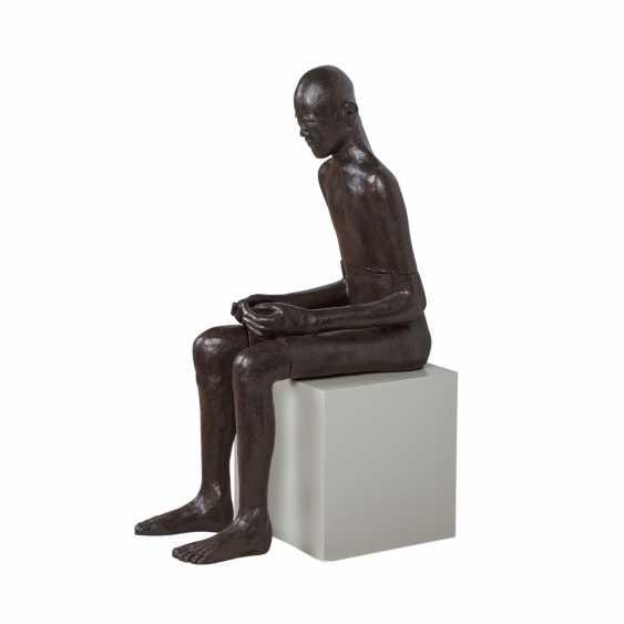 """SCHIRMER, SABINE MARIA (südd. Künstlerin 20./21. Jahrhundert), """"Sitzender Mann"""", - Foto 2"""