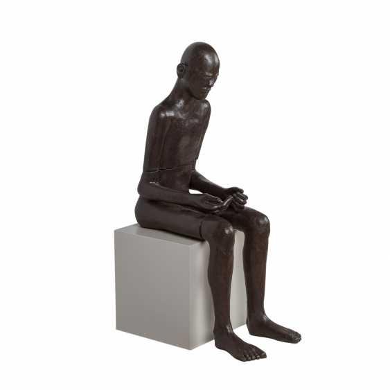 """SCHIRMER, SABINE MARIA (südd. Künstlerin 20./21. Jahrhundert), """"Sitzender Mann"""", - Foto 3"""