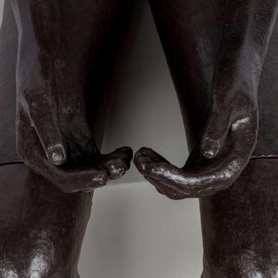 """SCHIRMER, SABINE MARIA (südd. Künstlerin 20./21. Jahrhundert), """"Sitzender Mann"""", - Foto 4"""