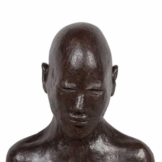 """SCHIRMER, SABINE MARIA (südd. Künstlerin 20./21. Jahrhundert), """"Sitzender Mann"""", - Foto 6"""