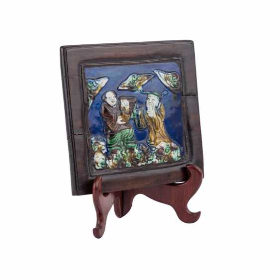 Famille verte porcelain plate in wood frame. CHINA, 19. Century. - photo 3