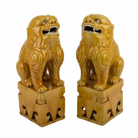 Pair of ochre glazed guardian lions. CHINA, time of the Republic. - photo 1