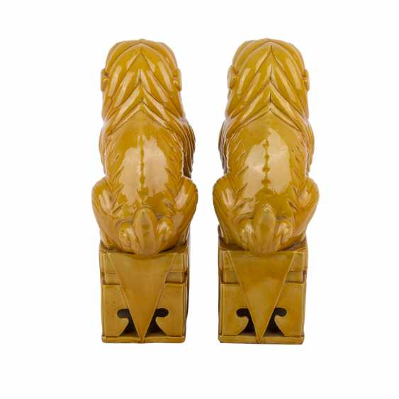 Pair of ochre glazed guardian lions. CHINA, time of the Republic. - photo 4